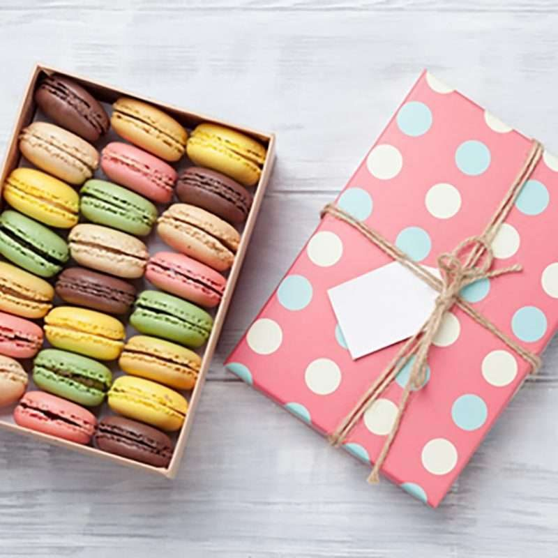wedding favors picture shows macaroons
